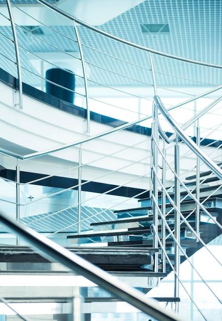 Saircase in un moderno edificio per uffici. Foto Premium
