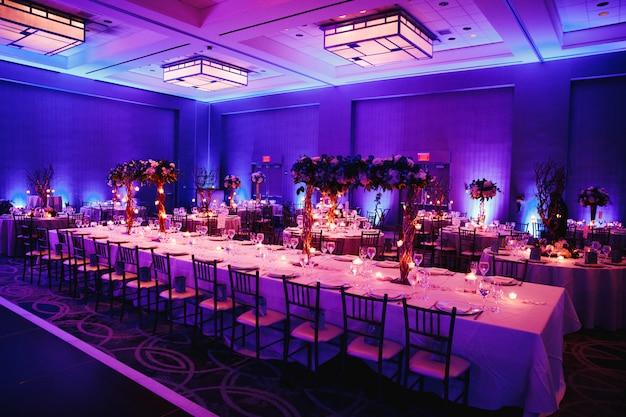Sala per banchetti decorata con fiori Foto Gratuite
