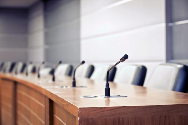 Sala riunioni del microfono professionale di riunione del primo piano. Foto Premium