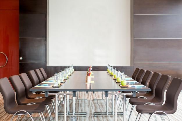 Sala riunioni vuota con tavolo e lavagna scaricare foto gratis