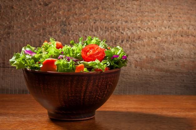 Salade fresco su fondo di legno Foto Gratuite
