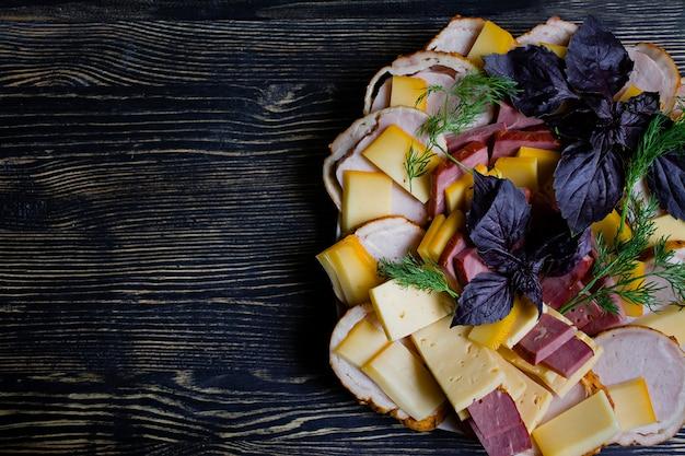 Salame, prosciutto affettato e insalata di formaggio e verdure. Foto Premium