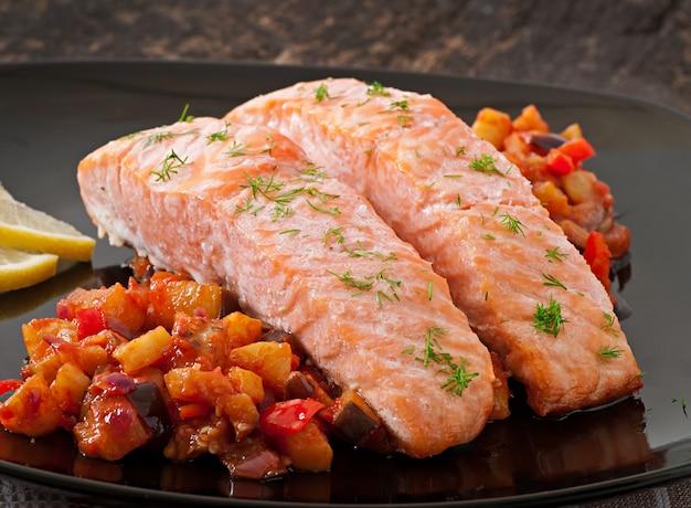 Salmone al forno con ratatouille di verdure Foto Gratuite
