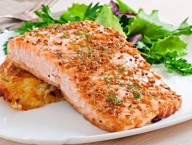 Salmone al forno con salsa di senape e gratin di patate Foto Premium