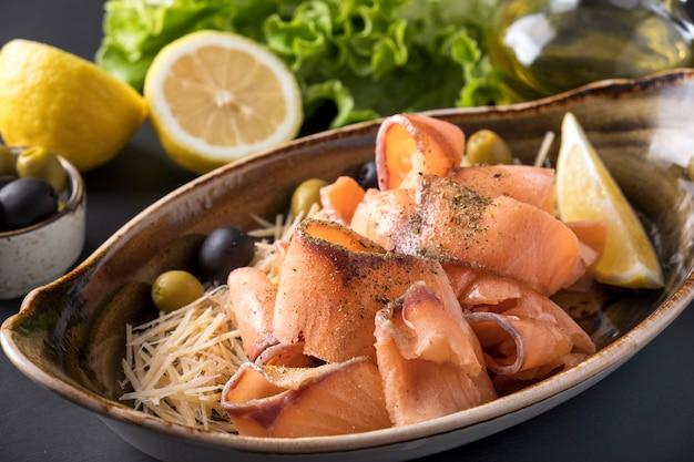 Salmone fresco congelato con limone e formaggio. avvicinamento Foto Premium