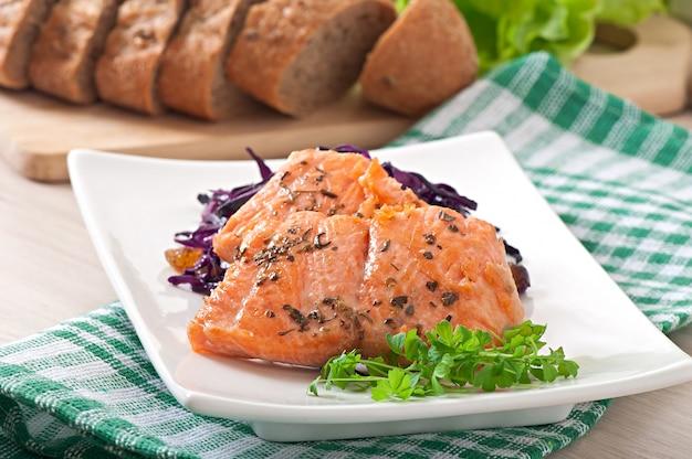 Salmone fritto con cavolo rosso irlandese Foto Premium