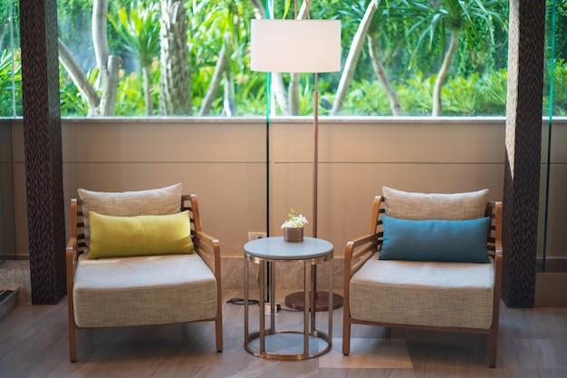 Salone interno di lusso di legno di due tavolini marroni della sedia Foto Premium