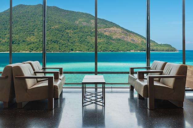 Salotto dell'hotel di lusso con le finestre che trascurano il mare a phuket, tailandia. Foto Premium