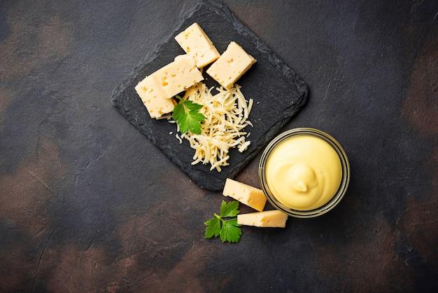 Salsa di formaggio fatto in casa in una ciotola di vetro Foto Premium