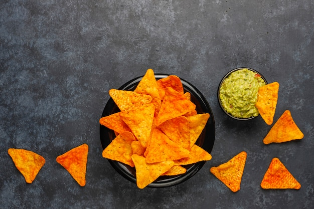 Salsa di guacamole calda fatta in casa fresca con nachos, vista dall'alto Foto Gratuite