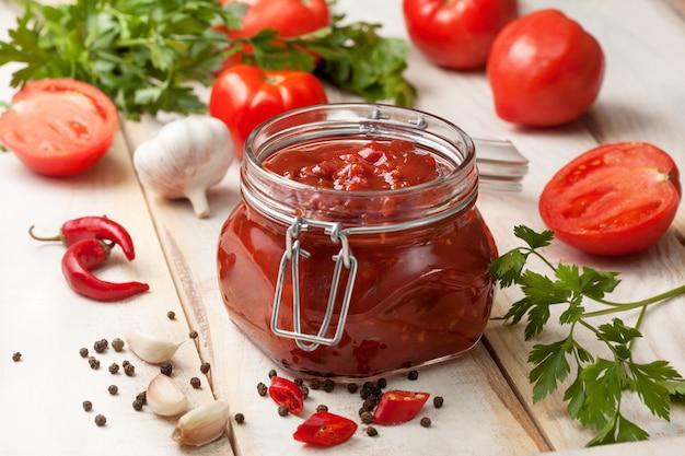 Salsa di pomodoro in un barattolo di vetro Foto Premium