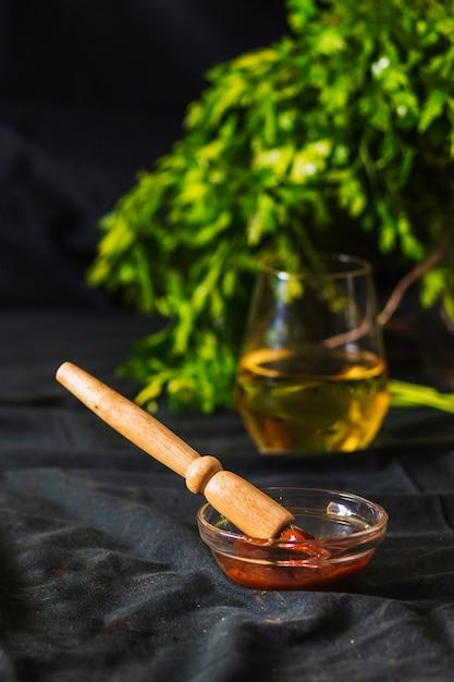 Salsa tuffo in una ciotola con una spazzola di legno sul tavolo Foto Gratuite