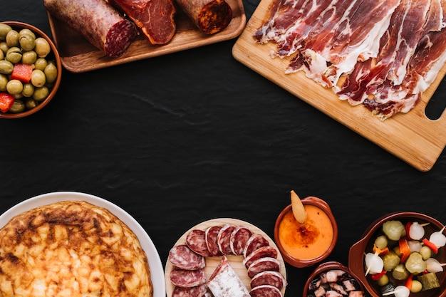 Salsa vicino al cibo assortito Foto Gratuite