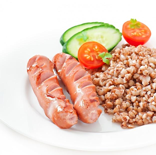 Salsicce alla griglia e insalata Foto Gratuite