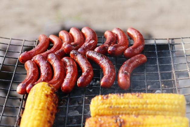 Salsicce e mais alla griglia Foto Gratuite