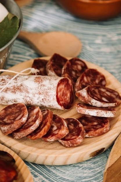 Salsiccia affettata sul tavolo Foto Gratuite