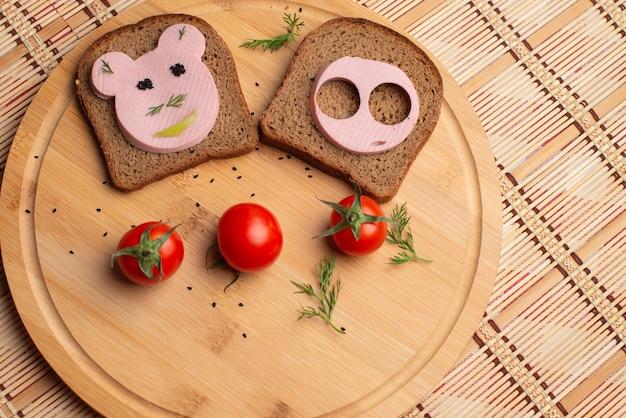 Salsiccia con pane nero e tomate a colazione Foto Premium