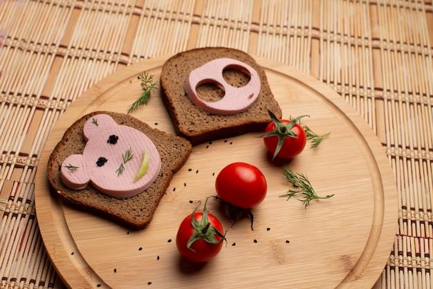 Salsiccia con pane nero e tomate a pranzo Foto Premium