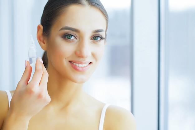Salute. ragazza felice con un look fresco. cura degli occhi. bella giovane donna Foto Premium