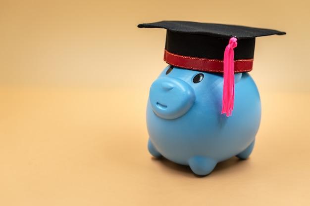 Salvadanaio con un cappello di laurea. Foto Premium