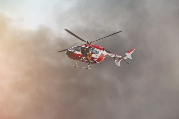 Salvataggio di elicotteri in movimento in missione di salvataggio Foto Premium