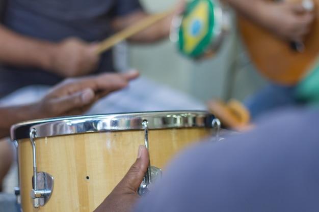 Samba fa parte della cultura carioca e una delle città più tradizionali dei circoli di samba Foto Premium