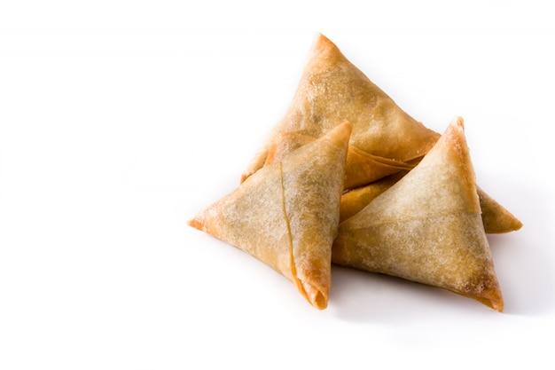 Samsa o samosa con carne e verdure isolate on white cibo indiano tradizionale copia spazio Foto Premium