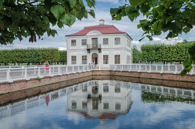 San pietroburgo, russia: palazzo marly nel parco inferiore peterhof Foto Premium