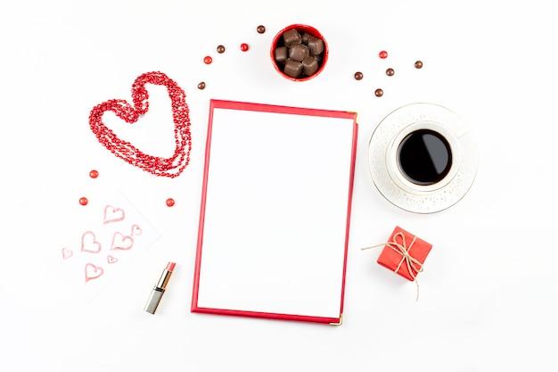 San valentino con bevanda al caffè, confezione regalo, caramelle su sfondo bianco Foto Premium