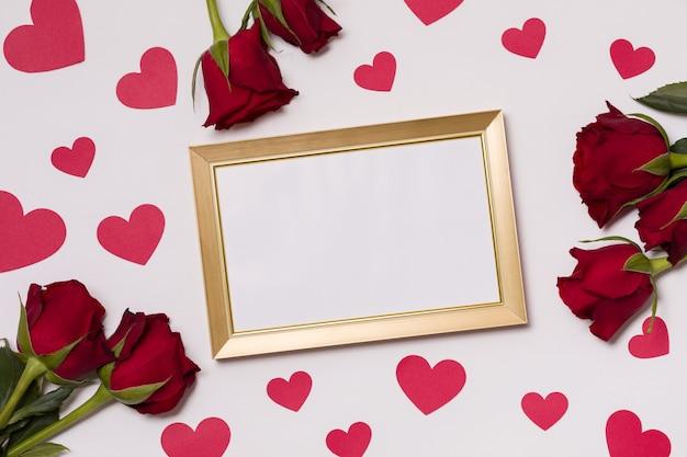 San valentino, cornice vuota, sfondo bianco senza soluzione di continuità, baci, cuori, messaggio Foto Premium