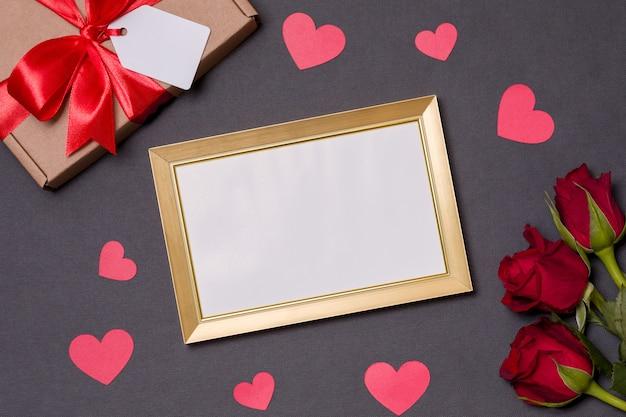 San valentino, cornice vuota, sfondo nero, regalo, rose rosse, cuori, messaggio Foto Premium