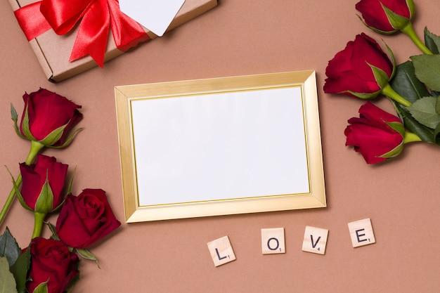 San valentino, cornice vuota, sfondo nudo, regalo, rose rosse, cuori, messaggio Foto Premium
