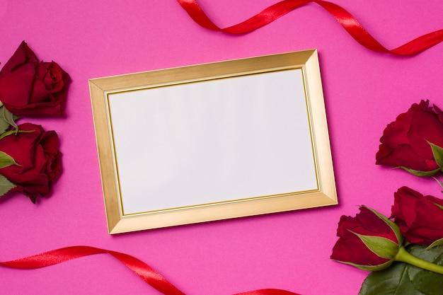 San valentino, cornice vuota, sfondo rosa senza soluzione di continuità, rose rosse, cuori, nastro Foto Premium