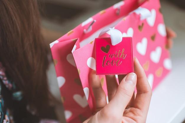 San valentino, la donna ha ricevuto un regalo in un piccolo sacchetto dentellare Foto Gratuite
