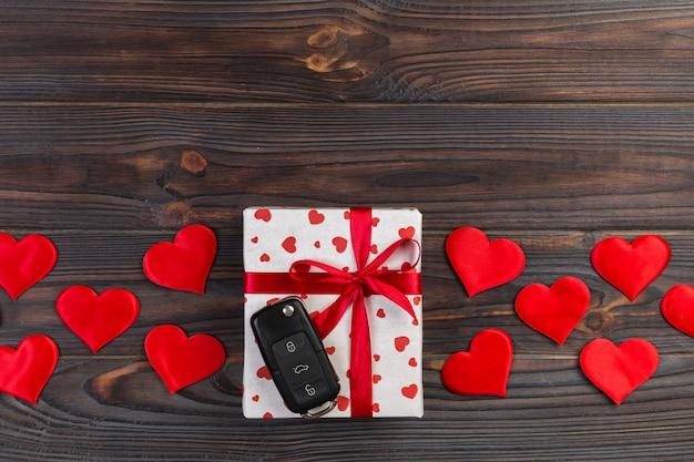San valentino o altro regalo fatto a mano di vacanza in carta con cuori rossi, chiavi della macchina e contenitore di regali in involucro di festa Foto Premium
