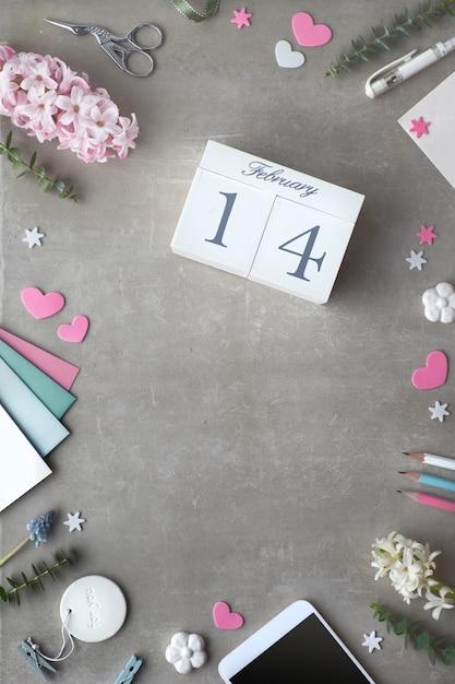 San valentino piatto disteso con fiori di giacinto di perle e calendario Foto Premium
