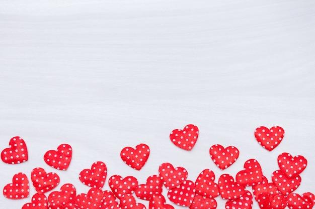 San valentino sullo sfondo. cuori rossi su fondo di legno bianco. san valentino, amore, concetto di matrimonio. vista piana, vista dall'alto. Foto Premium