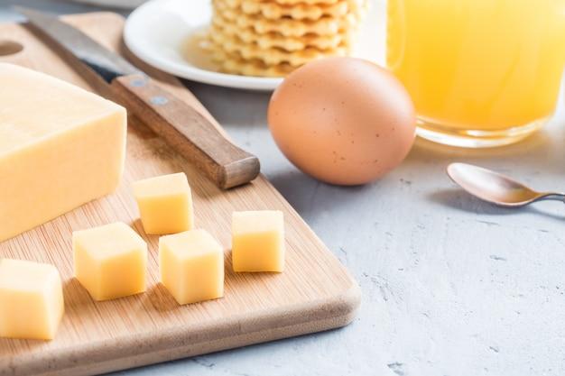 Sana colazione succo di formaggio caffè miele di arachidi uovo waffle biscotti caffè al caffè messa a fuoco selettiva. Foto Premium