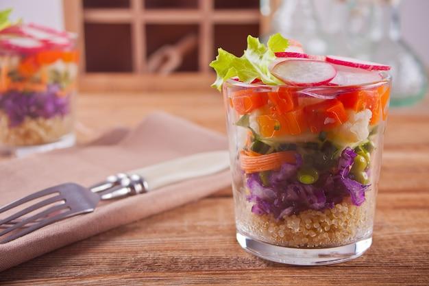 Sana insalata fresca in bicchiere con verdure Foto Premium