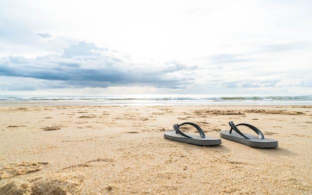 Sandali sulla costa del mare sabbioso Foto Gratuite