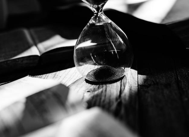 Sandglass su un tavolo Foto Gratuite