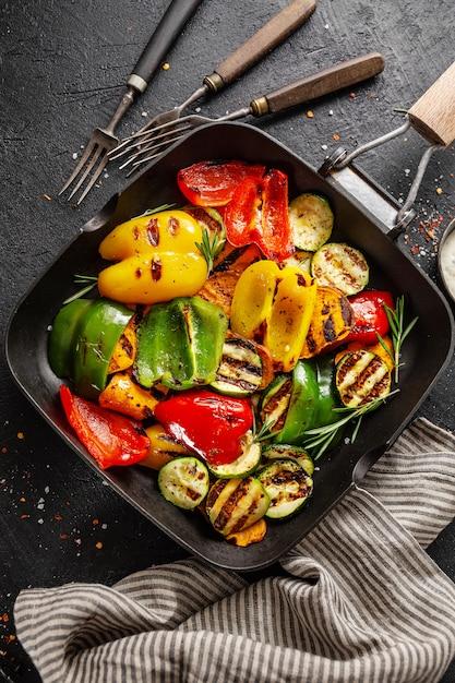 Sane verdure saporite grigliate sulla padella Foto Premium