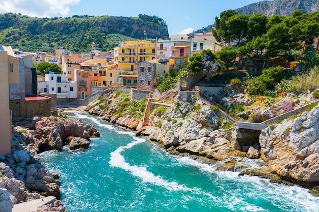 Sant'elia, nella città di santa flavia, in sicilia. antico borgo marinaro vicino a palermo Foto Premium