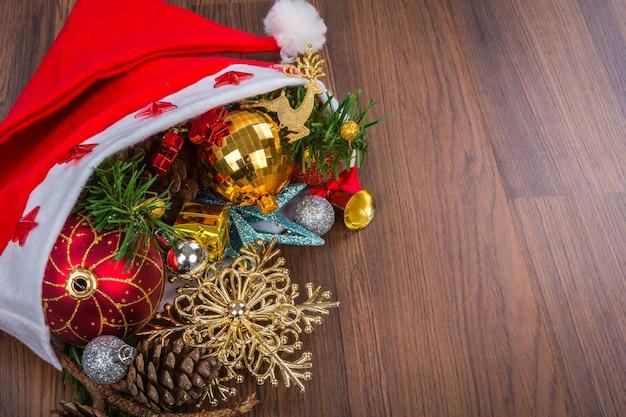 Santa cappello con decorazioni di natale su fondo in legno - Decorazioni in legno per natale ...