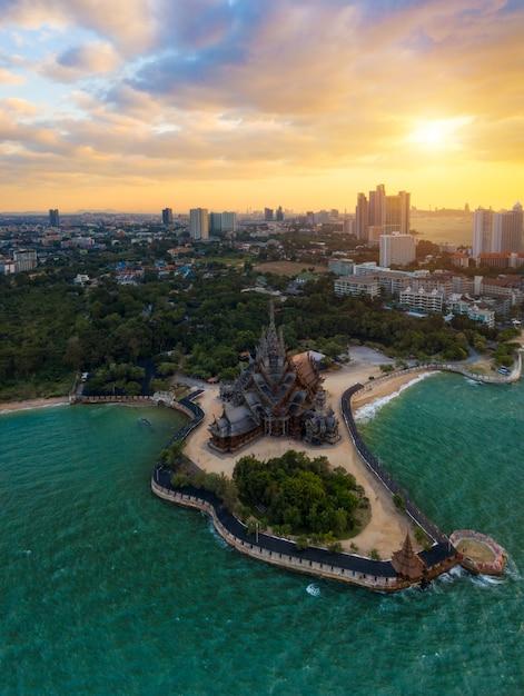 Santuario della verità, pattaya. il santuario della verità, è una costruzione del tempio a pattaya, tailandia. Foto Premium