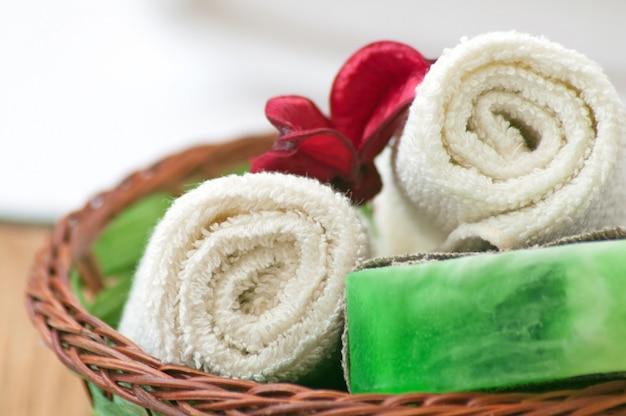Sapone e asciugamano. concetto spa Foto Premium