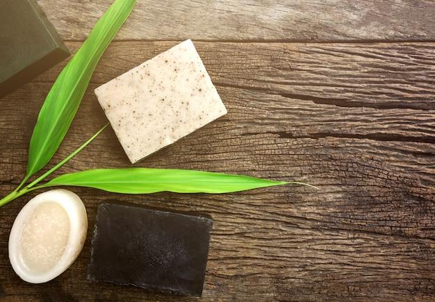 Sapone e sale della lavanda sul bordo di legno rustico Foto Premium