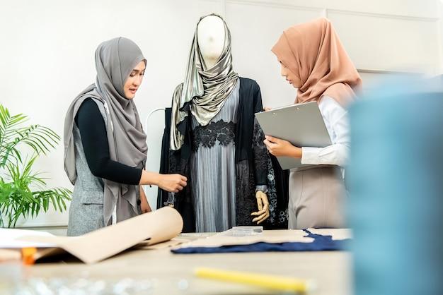 Sarti musulmani che lavorano alla loro nuova collezione Foto Premium