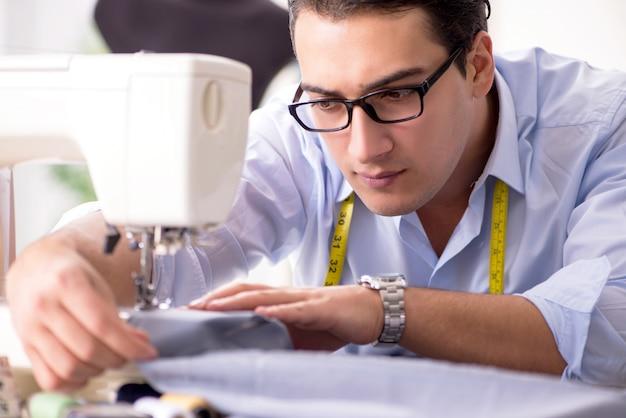 Sarto del giovane che lavora ai nuovi vestiti Foto Premium