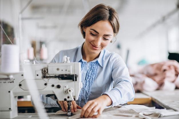 Sarto donna che lavora nella fabbrica di cucito Foto Gratuite